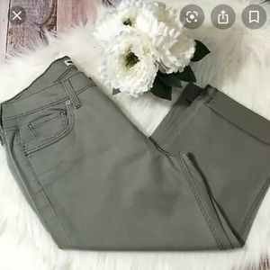 Levi's olive green cropped capris